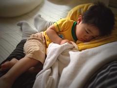 【お昼寝】お父さんの足で寝そうです (2012/5/13)