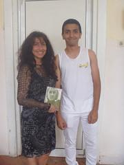 regalando a Albert mi poemario Esperanza traducido al ingles.