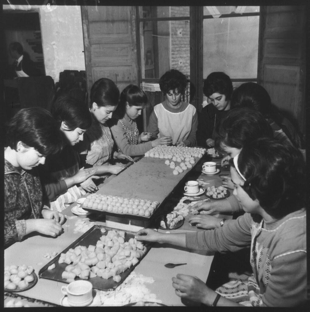 Fabricación artesanal de mazapán en Toledo en los años 50 en la fábrica de José Barroso. Fotografía de Cristóbal Portillo © Archivo Regional de la Comunidad de Madrid, fondo fotográfico