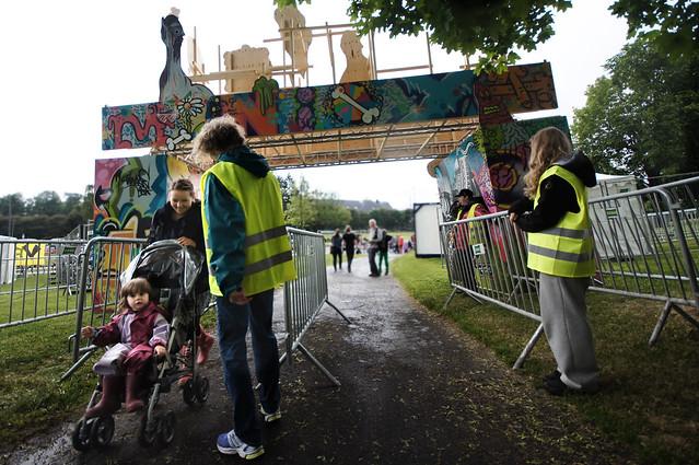 Nye besøkende strømmer inn inngangsporten til Miniøya når Aktiv i Oslo forlater festivalen.