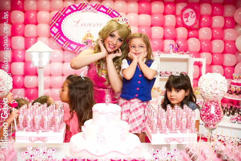 Laura e sua Escola de Princesas da Barbie