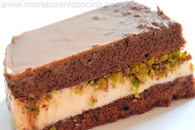 Tarta de chocolate y philadelphia con pistachos