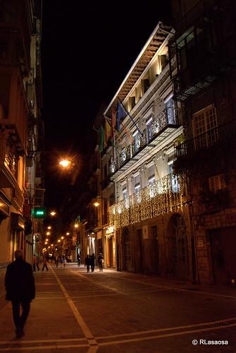 Vista nocturna de la calle Zapatería, con el Palacio de Mutiloa ilumninado por Navidad