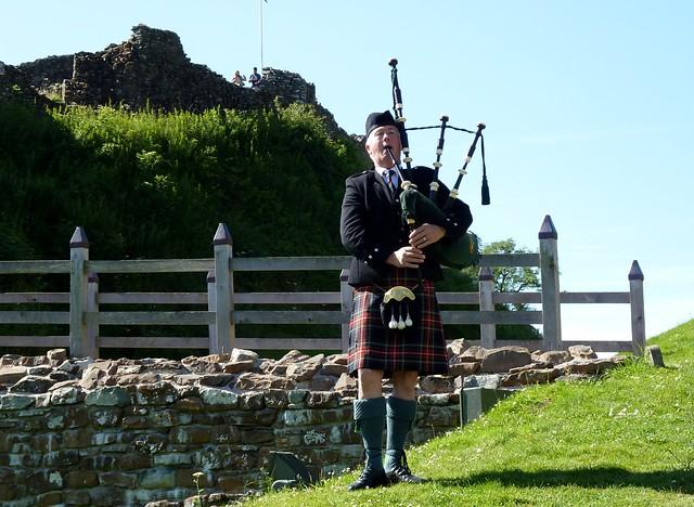 Piper, Castle Urquhart
