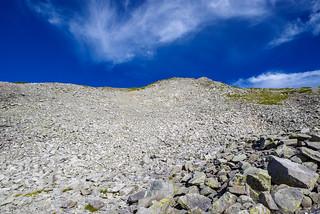 中岳を見上げる・・・ガレガレ