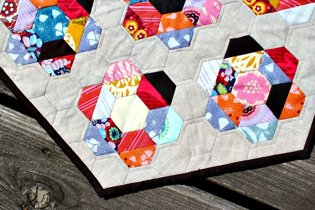 half square triangle + hexagon mini quilt.