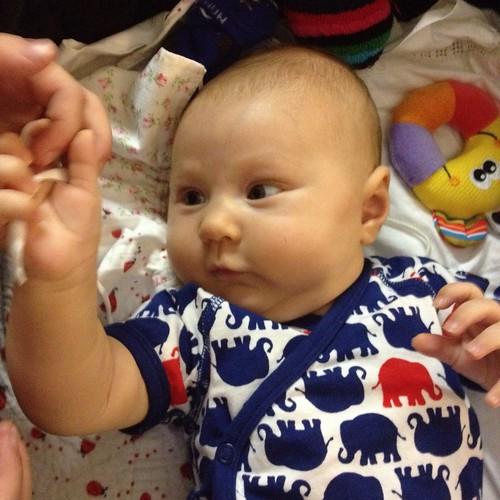 Min brorsdotter Ella håller i Klaras hand