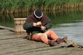 Rahseglertreffen Vorbereitungen - Johannes Luckhardt auf der Landebrücke unten am Hafen von Haithabu - Museumsfreifläche Wikinger Museum Haithabu WHH 12-07-2012