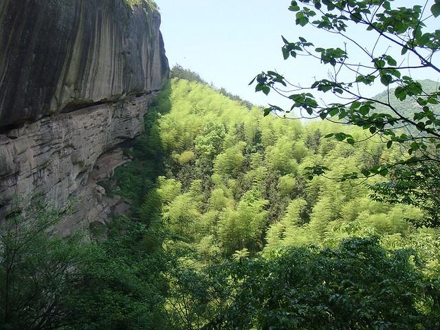 02 悬崖峭壁中凿出的一条小路
