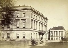 <p>Gezicht op het Gebouw voor Kunsten en Wetenschappen aan de Mariaplaats. Foto gemaakt tussen 1867 en 1872. Coll. Het Utrechts Archief.</p>