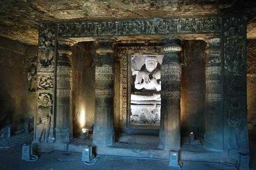 Ein hell erleuchteter Buddha in einem reich verzierten Schrein