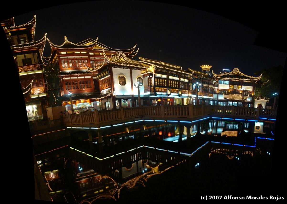 Jardines Yu y sus impresionantes e históricos edificios reflejados sobre el lago de los jardines