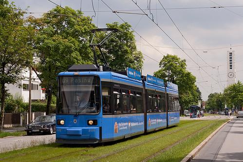 Richtig hübsch wirkt Wagen 2131 mit farblich passender Werbung, hier hat er gerade die Haltestelle Lohensteinstraße verlassen