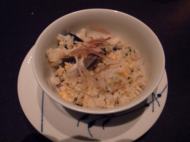<p>m)鮎と水ナスの炒飯<br /> こんなチャーハン初めて食べました。鮎も臭みもなくおいしく水ナスは塩漬けにしてありました。ミョウガと生姜であっさりと。</p>