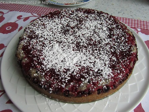 Mohnkuchen mit roten Johannisbeeren