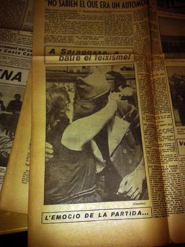 Barcelona, 2 de agosto de 1936, despedida de un voluntario del POUM.el beso revolucionario. by Octavi Centelles