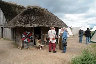 Rahseglertreffen Vorbereitungen - Experimental-Archäologe Harm Paulsen in Haithabu, neben dem Haus des Fischers [Haus Nr. 6] - Museumsfreifläche Wikinger Museum Haithabu WHH 12-07-2012