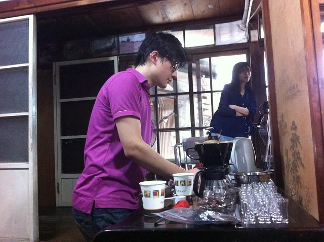 蔡老師在旁邊幫我們手沖世界各地好喝的咖啡