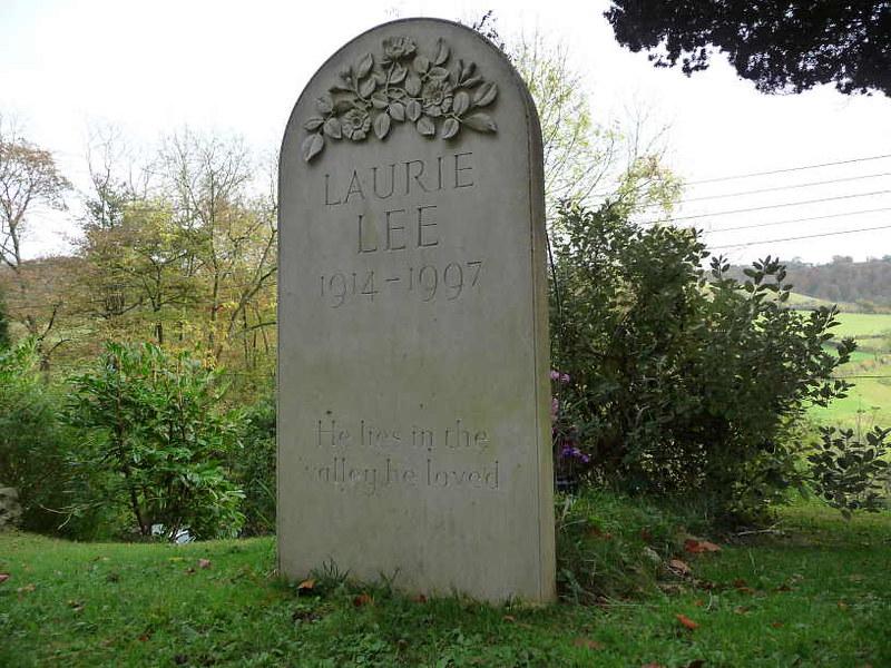 Lápida de la tumba de Laurie Lee en Slad (Inglaterra)