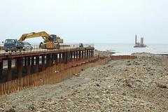 中油在桃園縣觀音海岸進行天然氣地下輸油管工程,直接在藻礁上開挖,挖出的土方又覆蓋在右側藻礁上。(攝影:劉靜榆)