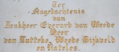 <p>Op deze detailfoto van het grafbord zien we de naam en heerlijkheden van Jonkheer Van Weede van Dijkveld vermeldt. Foto: Anna van Kooij.</p>