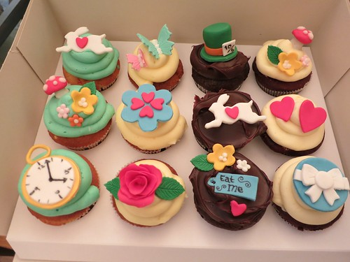 Alice in Wonderland cupcakes by CAKE Amsterdam - Cakes by ZOBOT