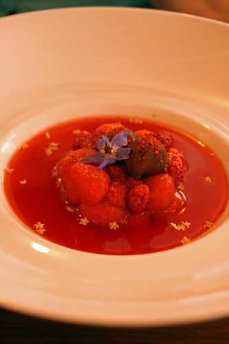 Soupe de fraises des bois, ganache au chocolat noir & piment d'Espelette