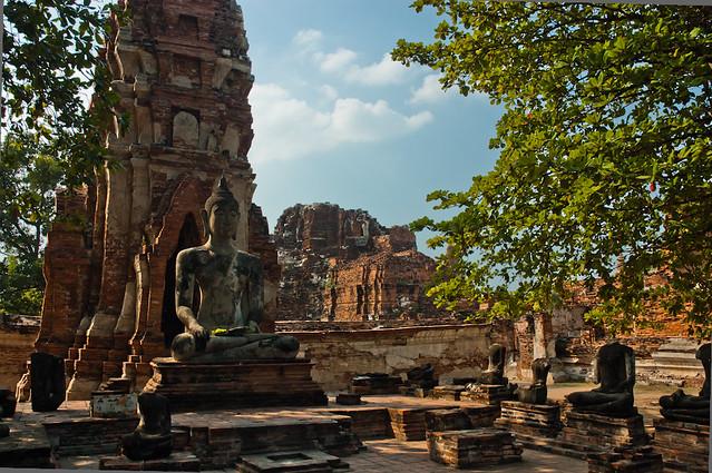 Buda reclinat amb el temple darrera