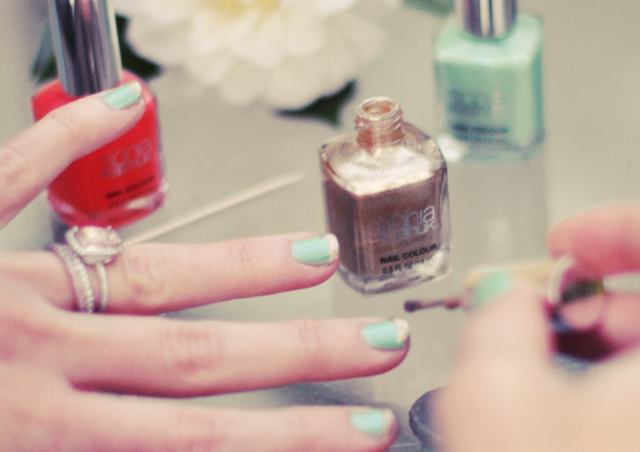 mint nails with gold tips