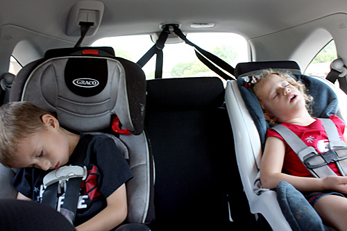 Kids-asleep-in-car