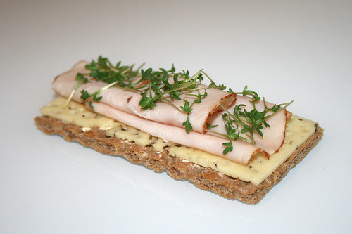 Gegrillte Hähnchenbrust mit frischer Kresse auf Bärlauchkäse / Roasted turkey breast with fresh cress on bear's garlic cheese