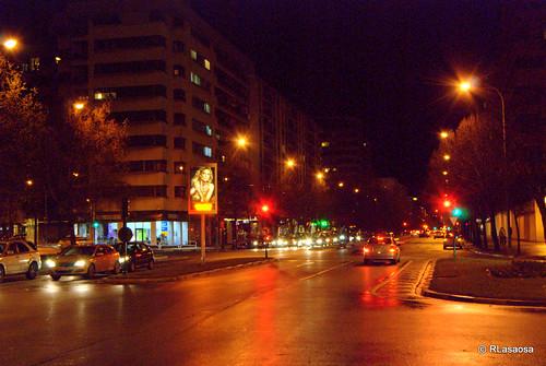 Vista nocturna de la Avenida de Pío XII hacia la salida de Pamplona.