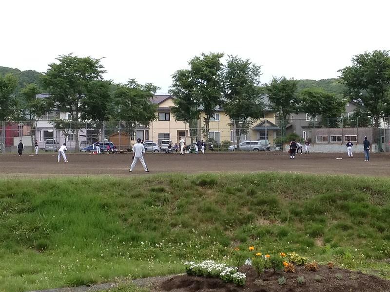 公園で野球の試合が始まる