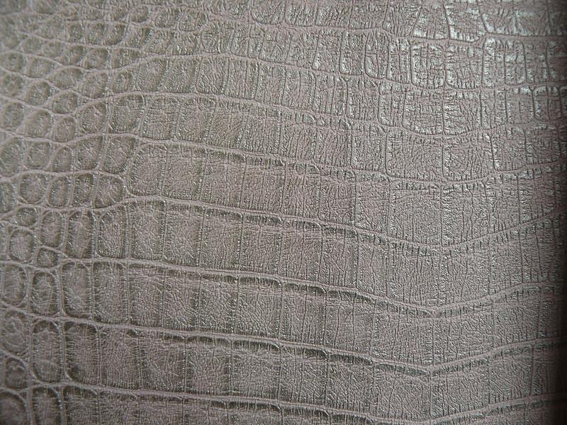 Un meuble chaussures pour poupettes - Papier peint effet croco ...