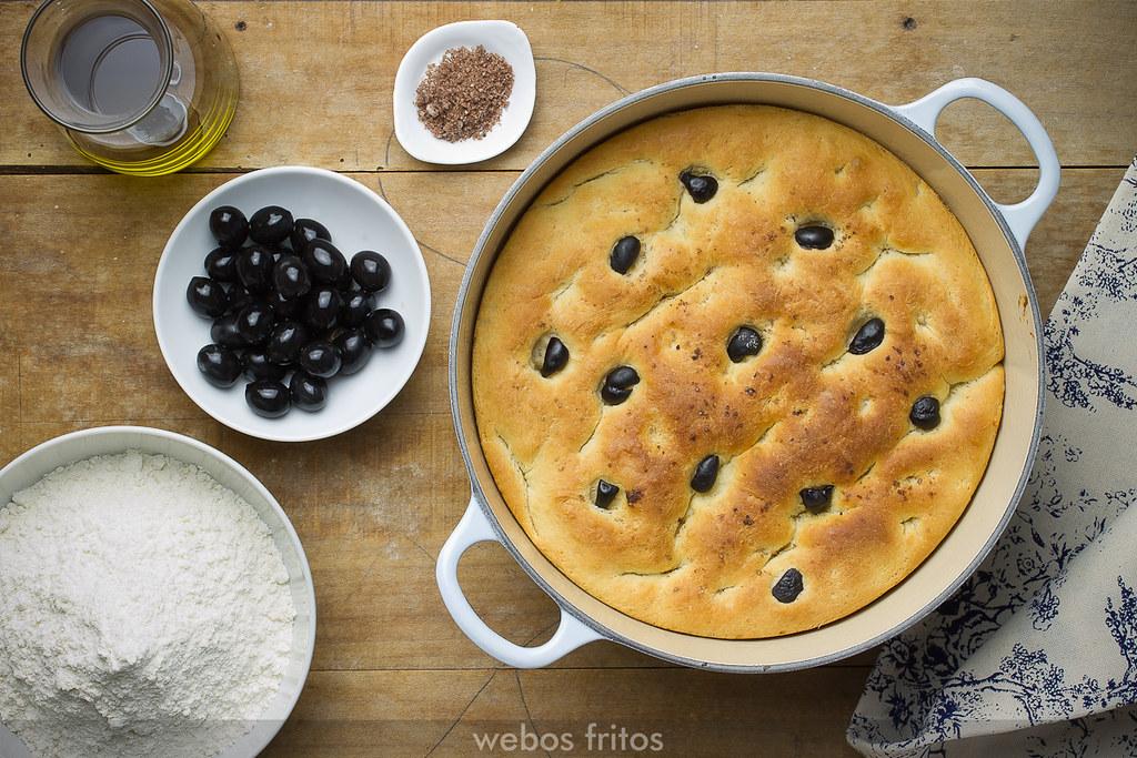 Pan de aceite y aceitunas negras en cazuela