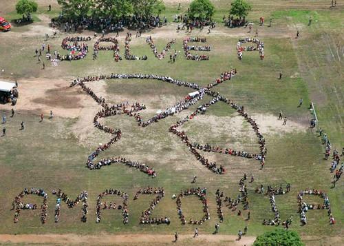 John Quigley - Salve Amazonia  2009年,拯救亞馬遜人形排字(Amazon Watch 提供)