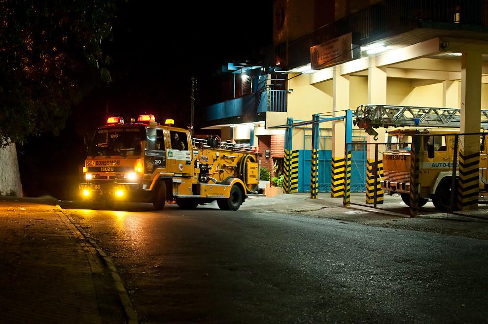 El móvil multipropósito AB-33 (vehículo de primera salida), un auto bomba con capacidad para 6 bomberos, 1.600 litros de agua, más todo el equipamiento para rescates en situaciones de todo tipo, parte urgentemente del cuartel hacia un servicio codificado como accidente de motociclista en la calle Colón casi Jejuí del centro de Asunción, en la madrugada del 19 de febrero a las 2:00 aproximadamente. (Elton Núñez)