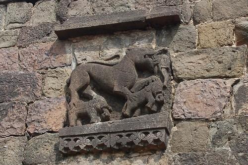 Ein Tiger oder Drache tritt auf zwei indische Elefanten. Dies ist zu beiden Seiten der Festungspforte
