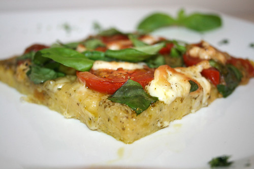28 - Polenta-Pizza mit Büffelmozarella, Tomaten & Basilikum / Polenta pizza with mozzarella, tomatoes & basil - CloseUp