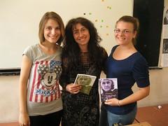 con Yana y Cristina regalandoles el poemario traducido