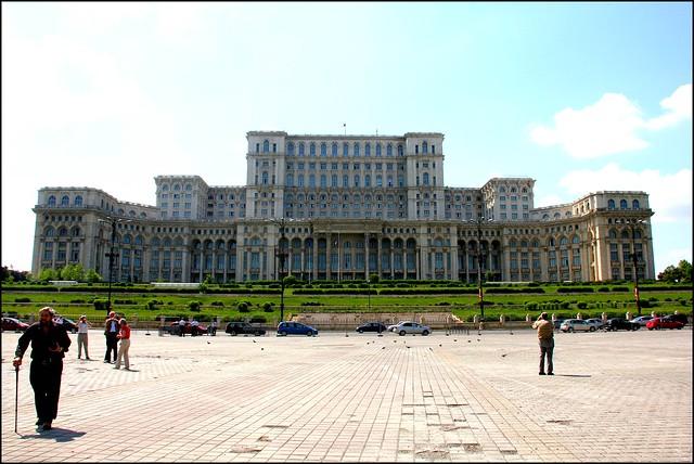 La maison du parlement est le plus grand b timent d 39 europe for La maison de monde