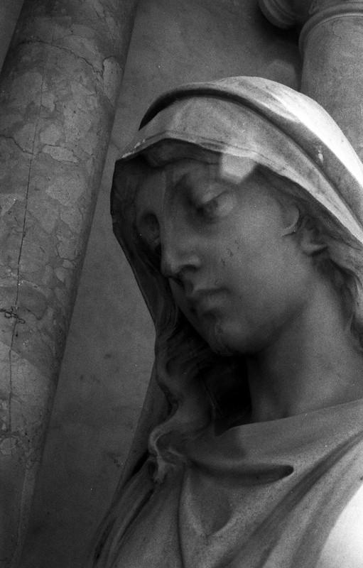 Fotografía convencional, Lima en rollo: Cementerio Presbítero Matías Maestro.