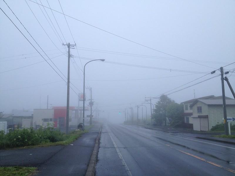 花咲港へ向かう道は霧