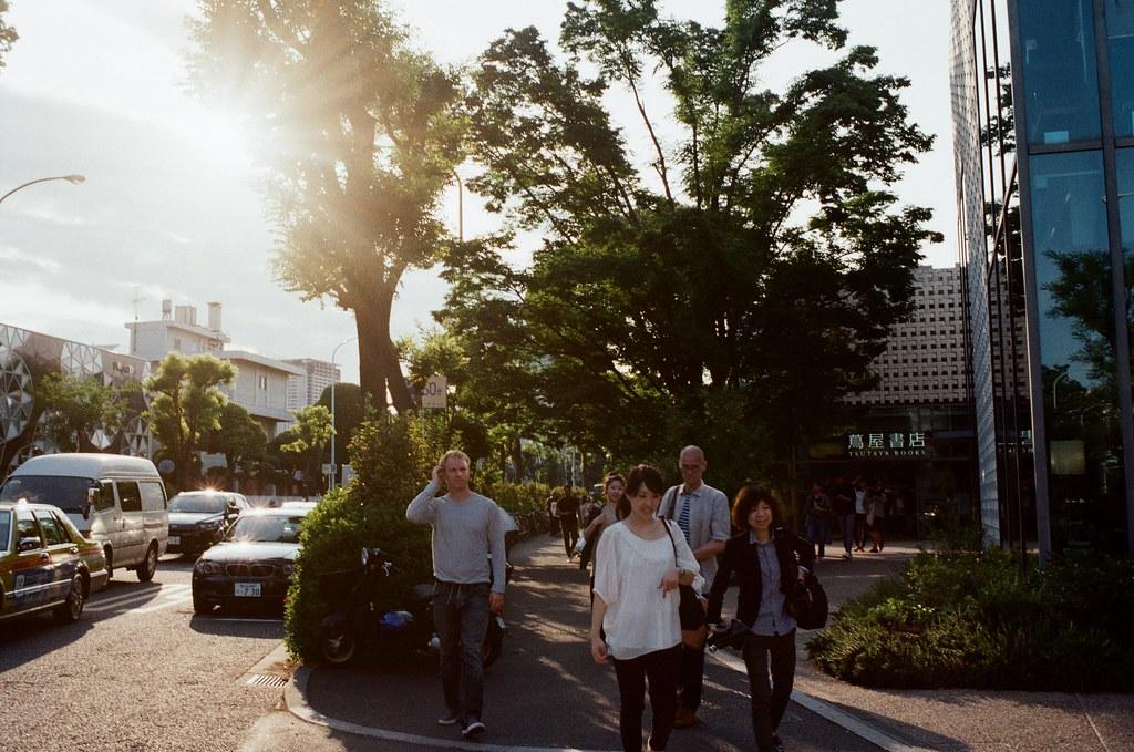 代官山 Tokyo, Japan / Kodak ColorPlus / Nikon FM2 逆光,我就是想要拍一個逆光。那時候剛從橫濱搭回來目黑,再慢慢的走來代官山。  我每次背包都悲得很重,有點累死了。  Nikon FM2 Nikon AI AF Nikkor 35mm F/2D Kodak ColorPlus ISO200 6412-0017 2016/05/21 Photo by Toomore