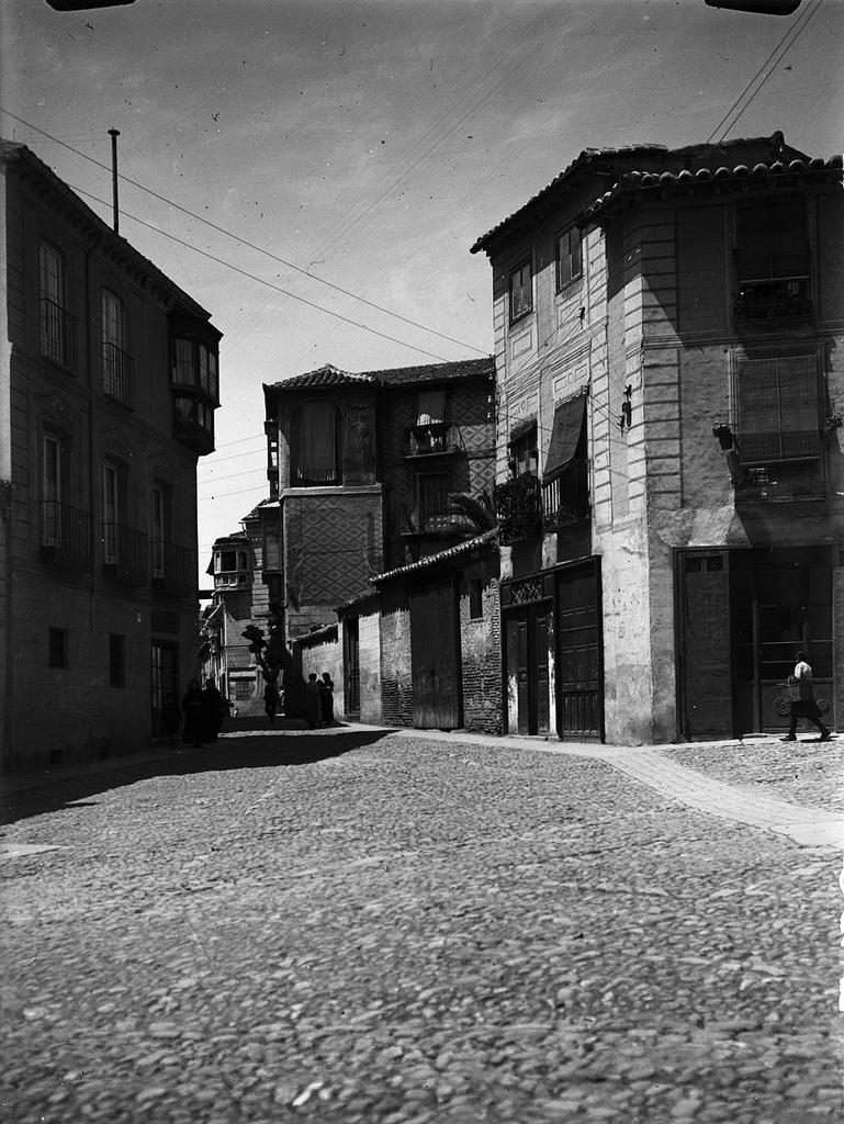 Calle santo Tomé desde la plaza del Salvador. en los años 20. Fotografía de Otto Wünderlich. © Fototeca del Patrimonio Histórico