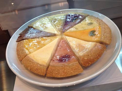 違う種類のものを10個買ってホール風にするものいいですね。@麻布チーズケーキ サンクサンク
