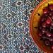 Kersen in een schaal op het tapijt