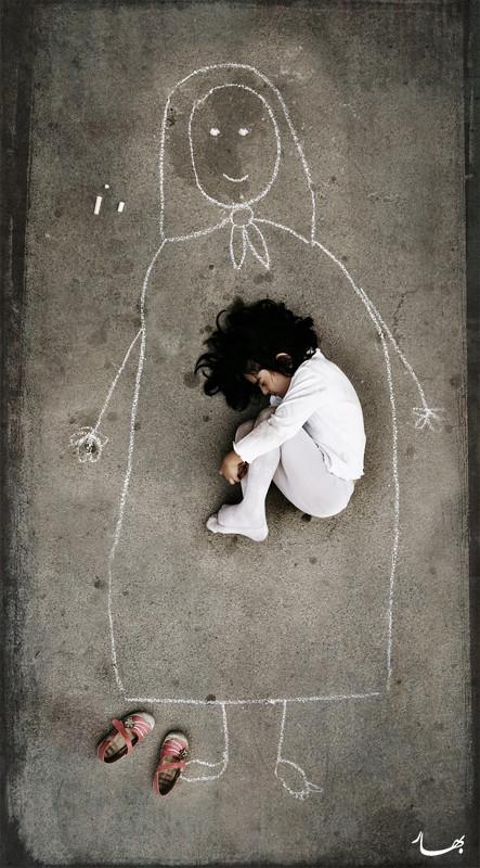 Untitled Bahareh Bisheh La fabulosa foto de la fémina yaciente en el frío asfalto