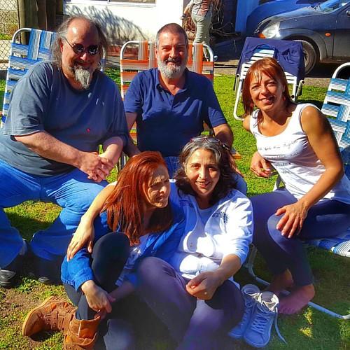 Con @andriucata, @monicagardon, un sujeto que no está en redes sociales (?) y Andrea Delfino en el #cumpleaños #50 de la Andrea que está en el césped #happybirthday #today #saturday #friends
