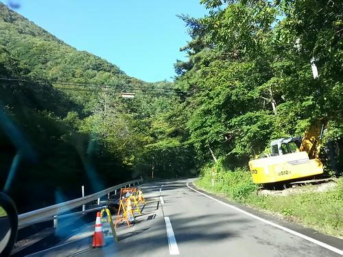岩泉町、快晴。緑が美しい。安家へ向かう道路、路肩の崩落が点々と。